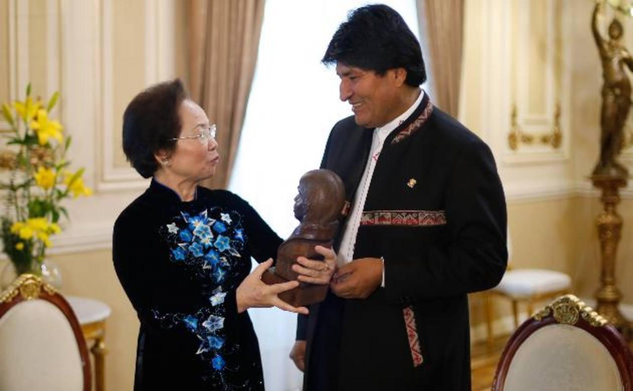 Delegación de Vietnam estuvo de visita en Bolivia y aprovechó la oportunidad de invitar a Evo Morales a su país. Foto EDH