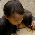Foto de niños abrazados no fue captada en Nepal sino en Vietnam