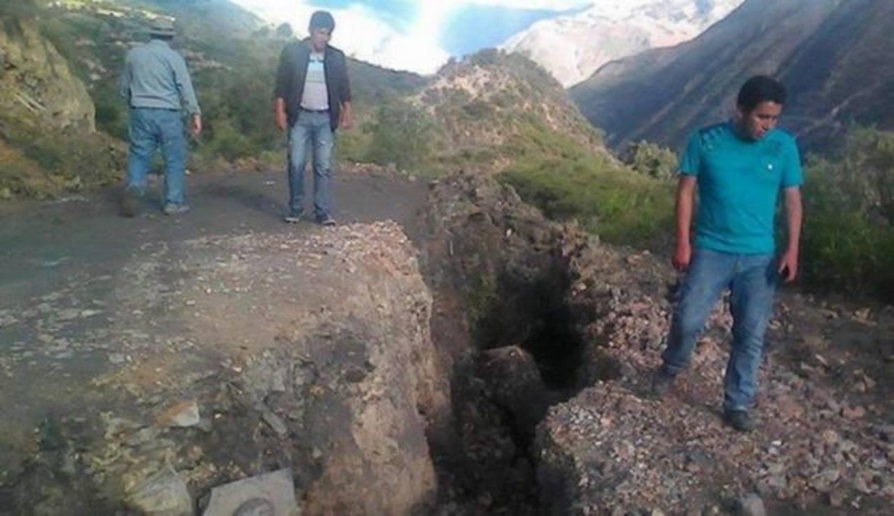 Grietas gigantes siembran temor en poblado de Perú