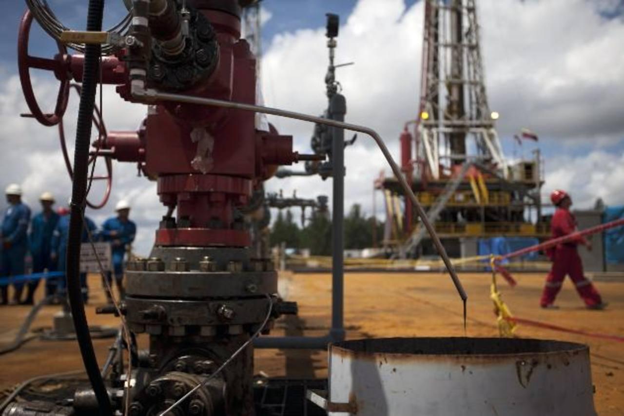 La baja del petróleo afectó considerablemente al país suramericano, quien depende de la venta del producto. Foto EDH