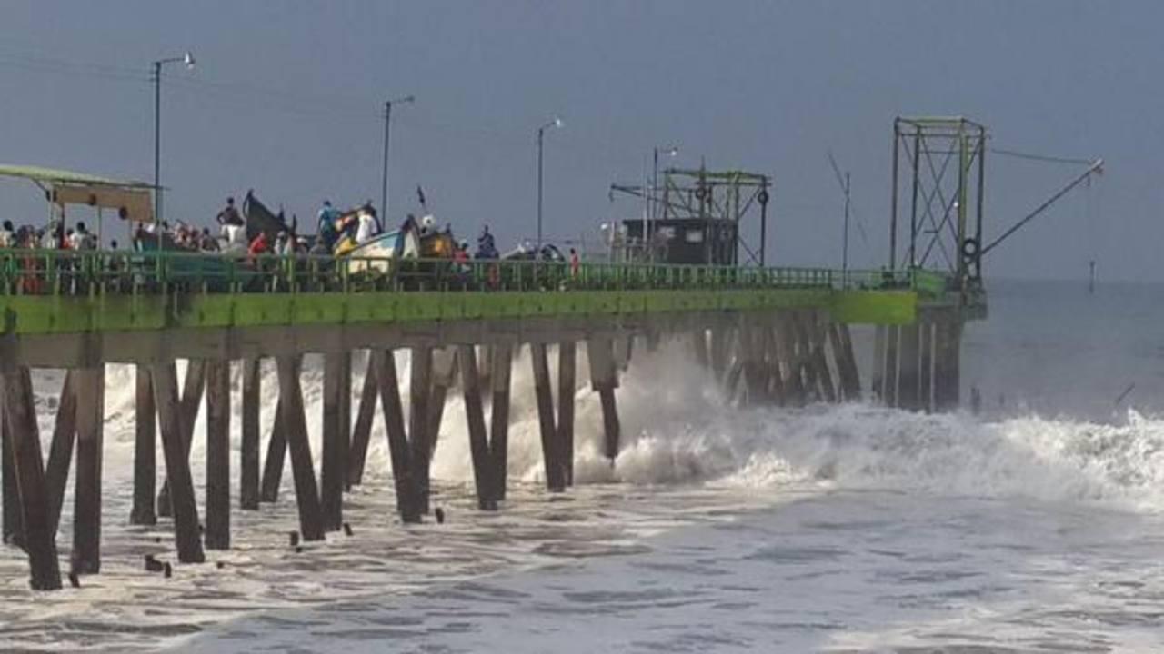 El fuerte oleaje ocasionó algunos daños en el Puerto de La Libertad, según lugareños.