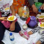 Juana Arriola repartió el desayuno a sus hijas mientras espera la beatificación. Plátanos, avena y pan francés fueron bien recibidos por la familia. Foto EDH/Yamileth Cáceres