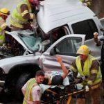 Un automovilista es asistido en la ruta interestatal número 35 a raíz de los accidentes que provocó el paso de varios tornados por Oklahoma.