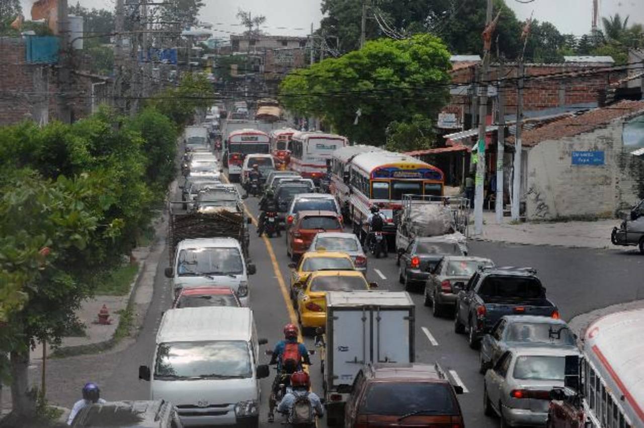 Ayer, el tráfico en la calle Agua Caliente, en ambos sentidos, estaba a vuelta de rueda. Es la principal vía alternativa propuesta por el VMT, debido al Sitramss. Foto EDH / Lissette monetrrosa