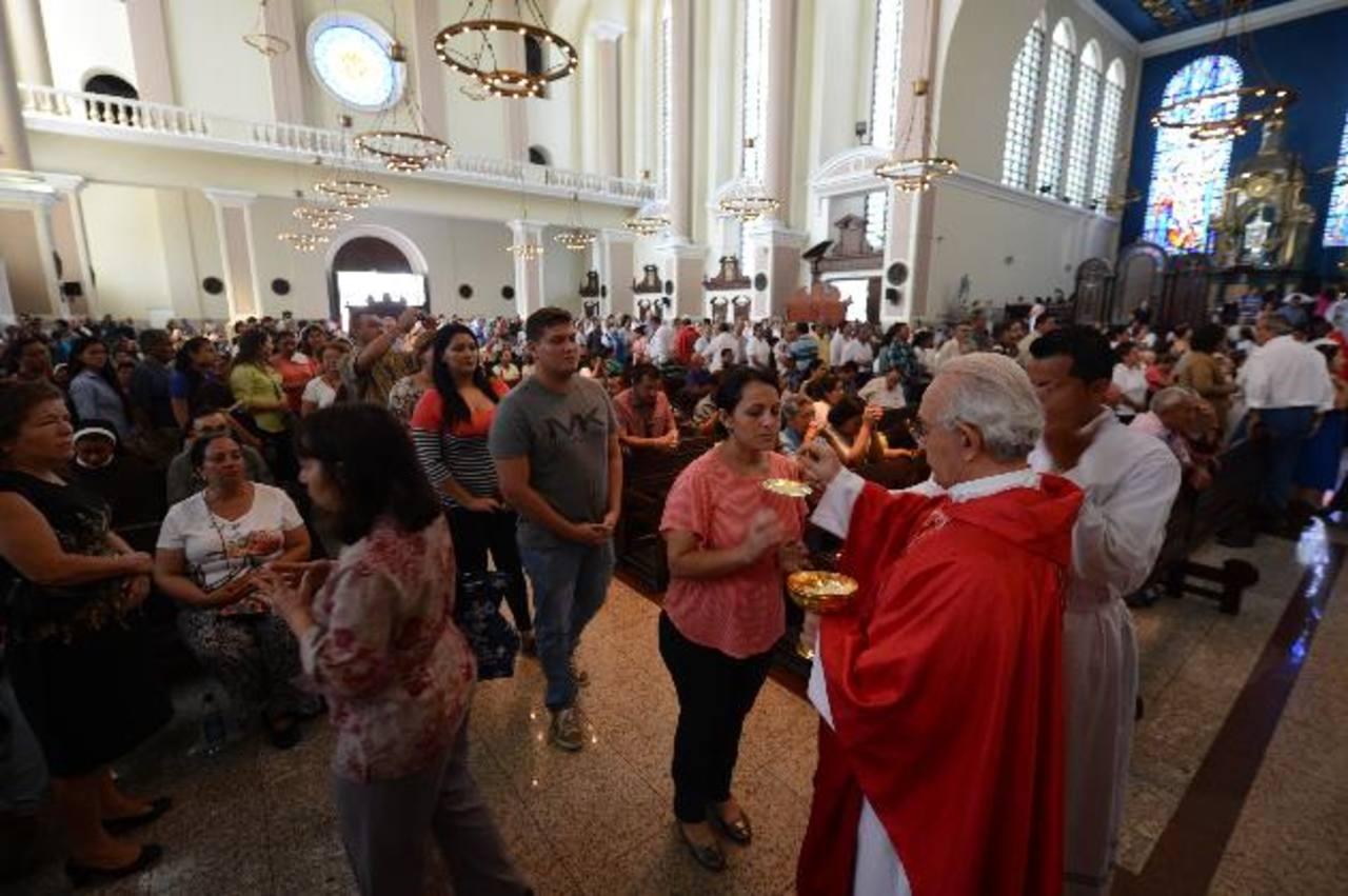 Monseñor Jesús Delgado ofrece la comunión durante la misa de acción de gracias por el beato Romero en Catedral Metropolitana. Foto EDH/ Douglas Urquilla