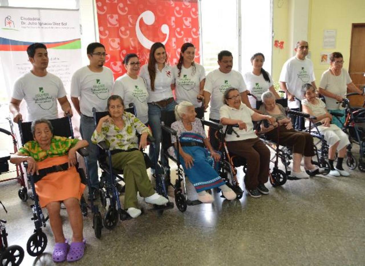 Los colaboradores de la Fundación Calleja hicieron entrega del donativo. foto EDH /