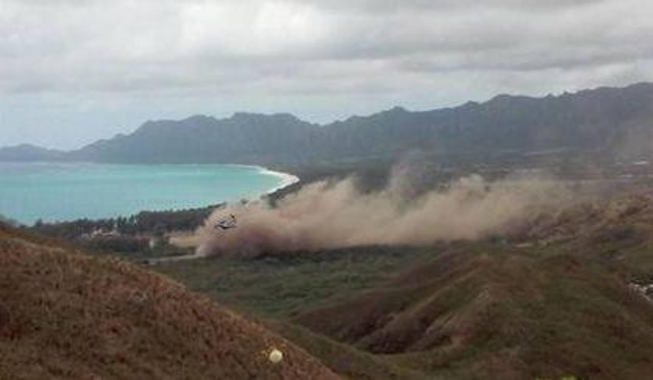 Humo elevándose tras el aterrizaje forzoso de una nave Osprey de los marines