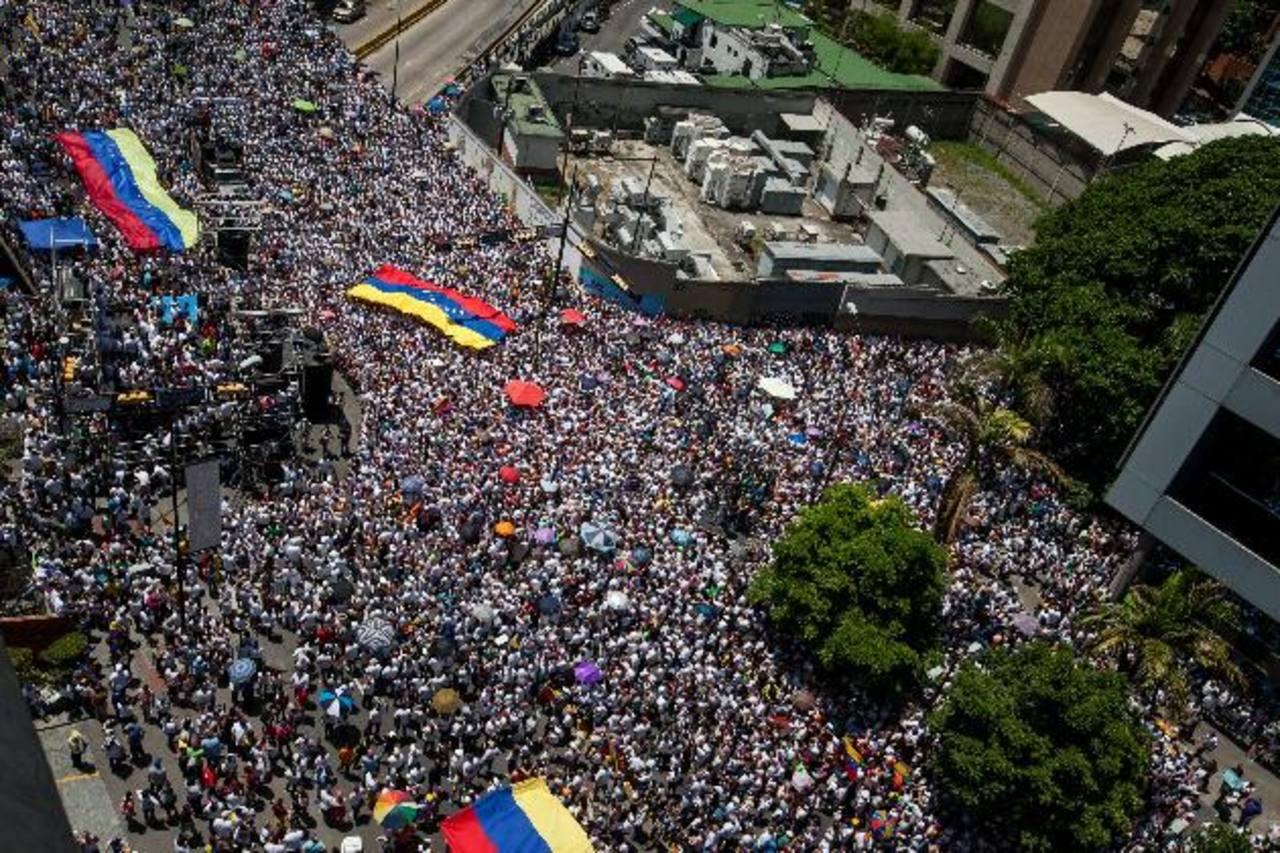 Decenas de miles de venezolanos marcharon ayer en Caracas y en varias ciudades del país en respaldo a las peticiones de los presos políticos: Leopoldo López y Daniel Ceballos. foto edh / EFE