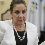 Una vendedora sostiene un periódico con la noticia de la renuncia de la vicepresidenta de Guatemala, el pasado viernes. foto edh / efe