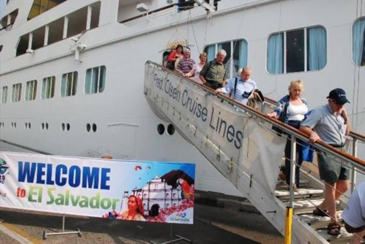 De acuerdo con datos del Mitur, el 50 % de las personas que viajan en crucero, prefieren tomar paquetes turísticos. Foto EDH / Archivo