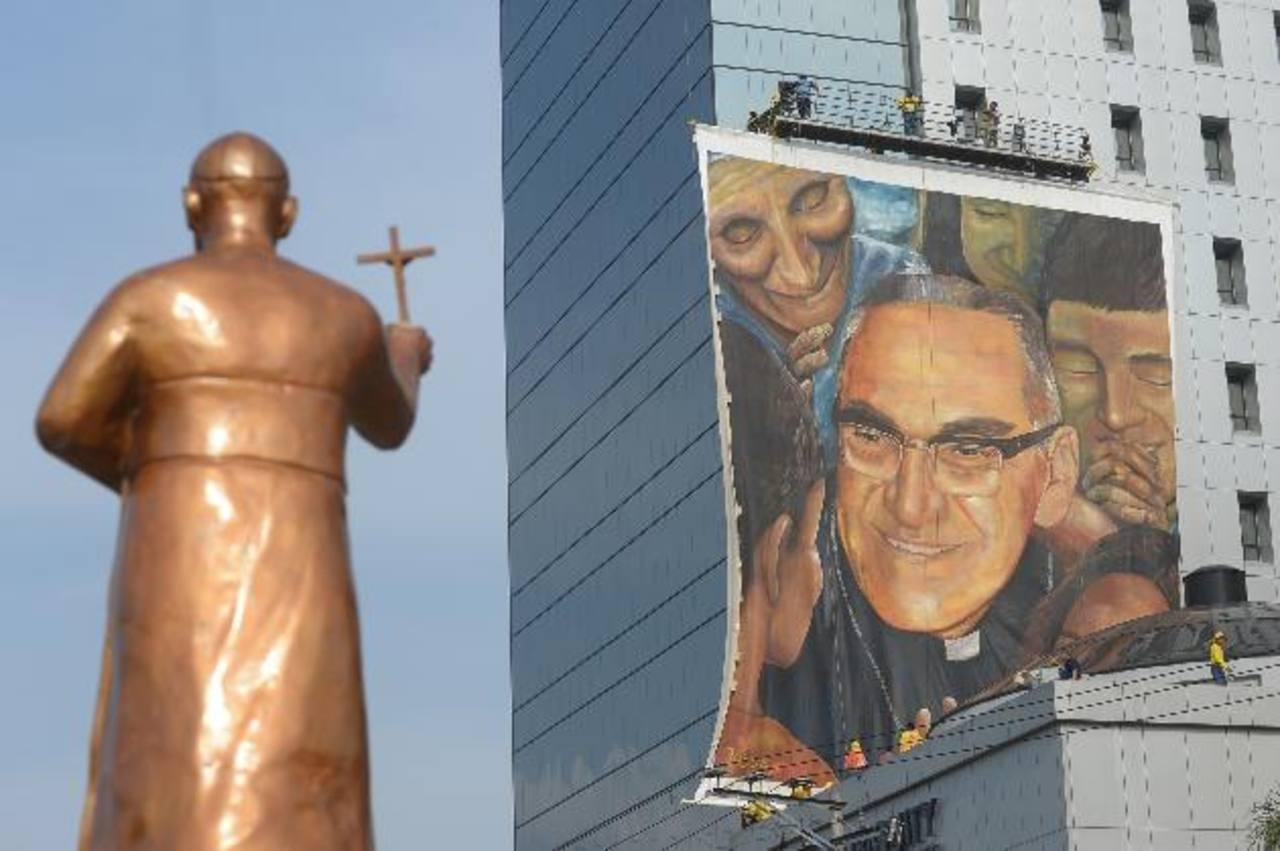 La pintura está ubicada en la conocida torre Telefónica, frente a la Plaza Salvador del Mundo, donde se realizará la beatificación. Foto EDH / Leonardo González