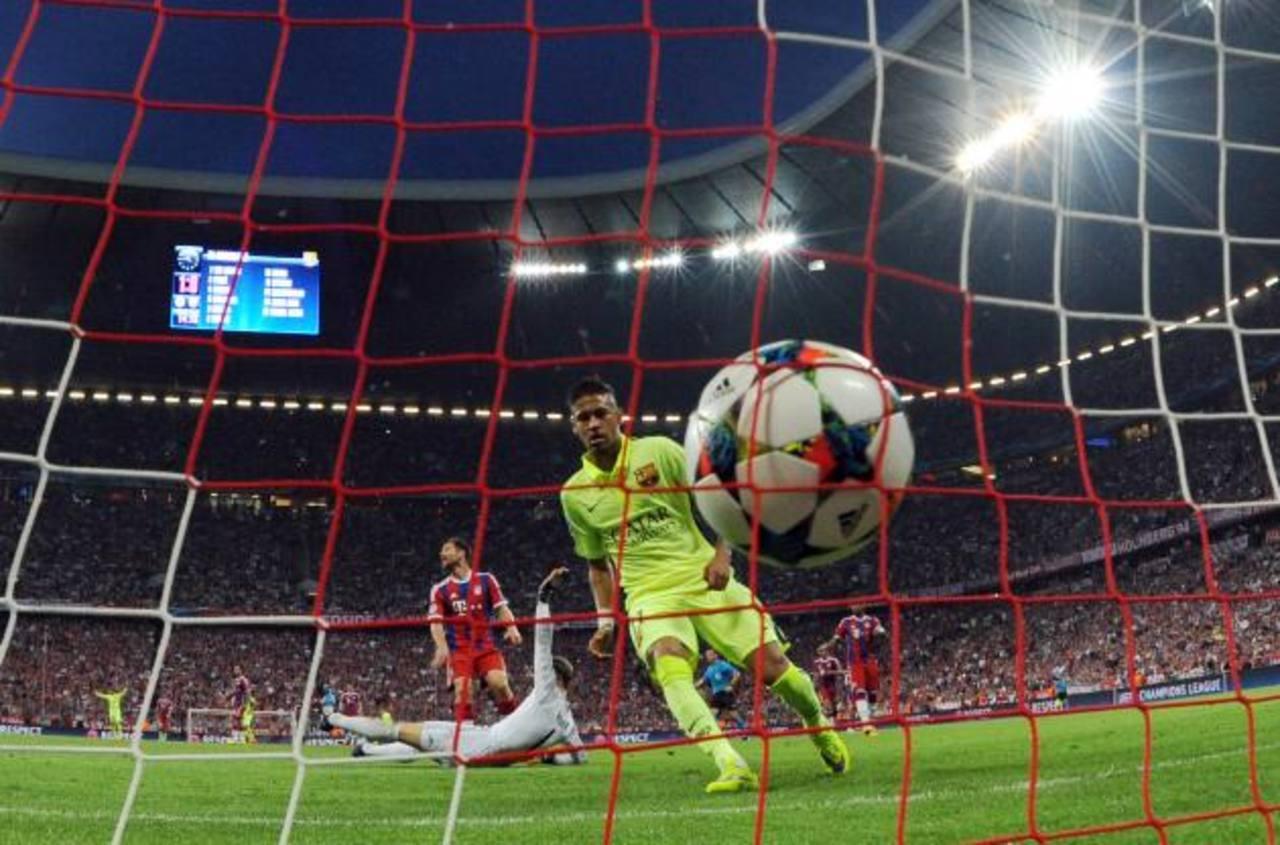 Neymar se apresta a celebrar y Neur reclama desde el piso. Fue el primer gol del Barcelona. Foto EDH / AP