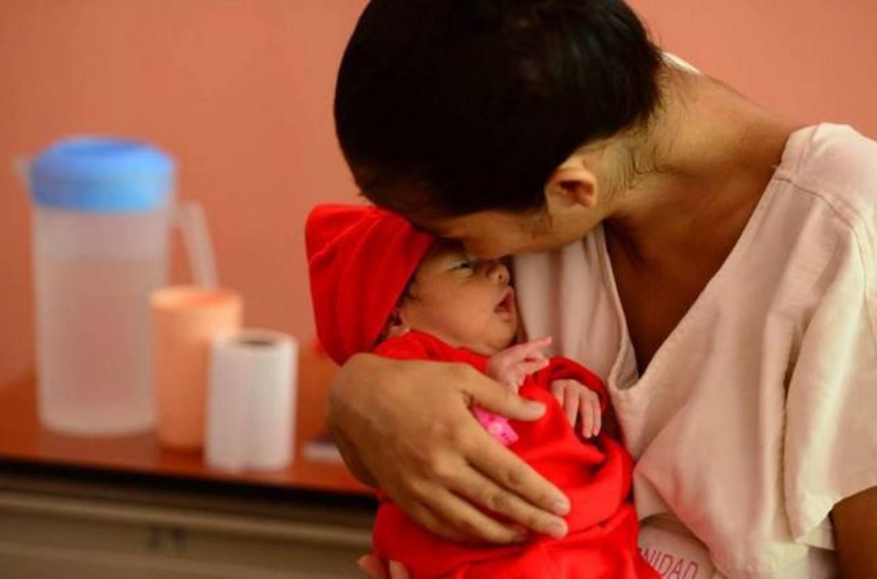 Las mujeres que dieron a luz en maternidad fueron agasajadas en el Día de la Madre.