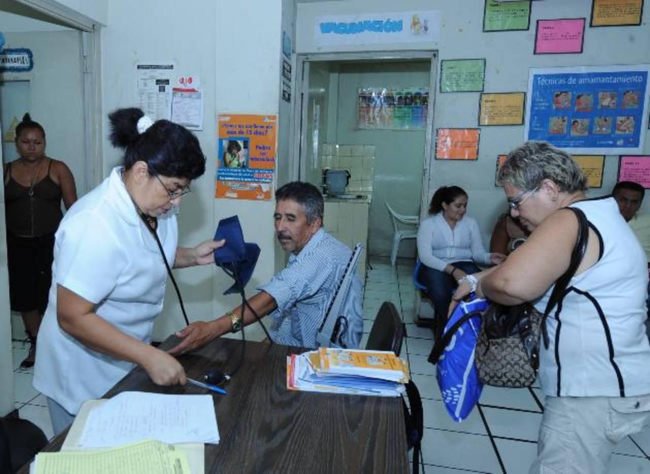 Las enfermeras son unas profesionales abnegadas que velan por la salud de los enfermos. Foto EDH/Archivo