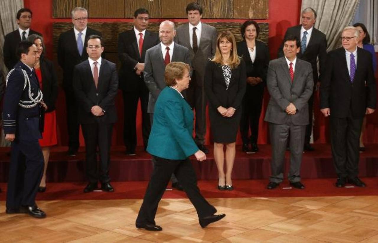 La presidenta de Chile, Michelle Bachelet, pasa ayer junto a su gabinete ministerial durante la ceremonia de juramento celebrada en el Palacio de La Moneda, en Santiago. foto edh / EFE