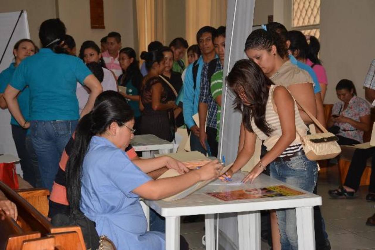 Centenares de jóvenes llegaron a la feria para poder optar a un empleo formal. Foto edh / Cristian Díaz