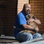 Foto de hombre que llora la muerte de su perro conmueve en Internet