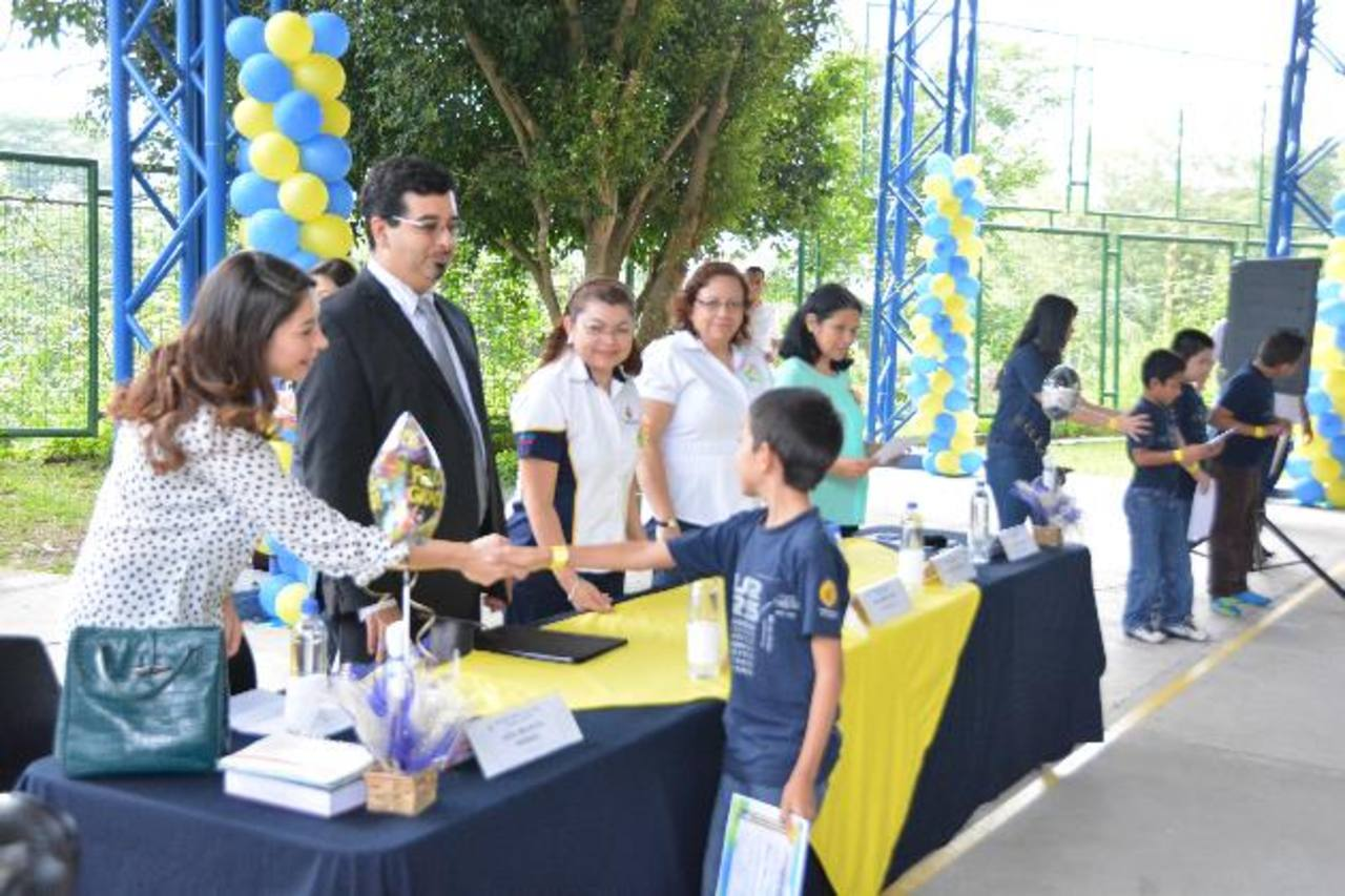 180 niños de escasos recursos fueron beneficiados con el programa de talentos de la universidad Evangélica. Foto EDH /David Rezzio