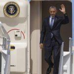 El presidente de EE. UU., Barack Obama, ayer mientras saluda desde el avión presidencial Air Force One. Foto EDH / AP