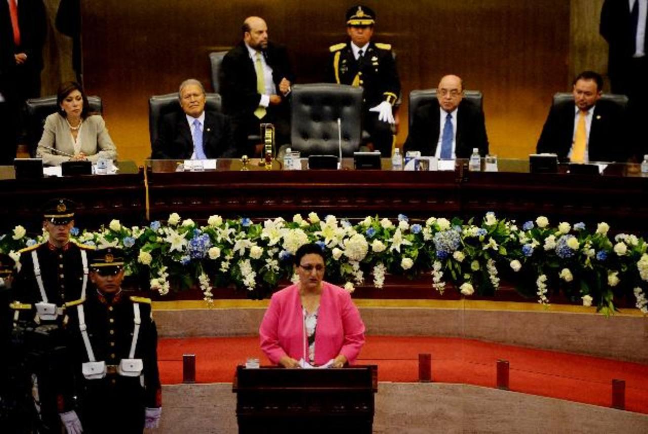 Lorena Peña, presidenta de la Asamblea, llamó ayer a los diputados a salir de la mora legislativa en materia de leyes y proyectos de reforma. Prometió transparencia. foto edh / Marlon Hernández