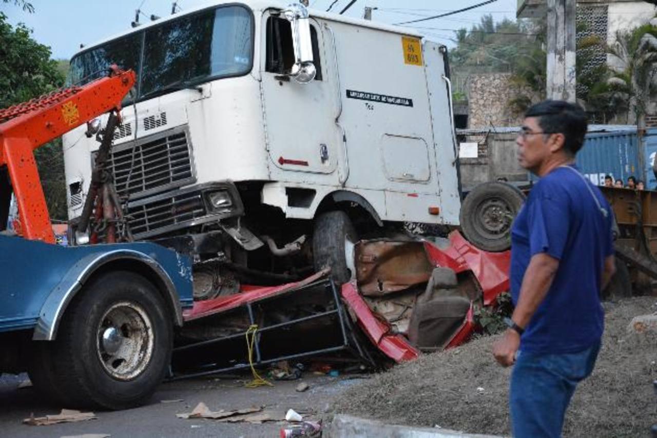 La colisión entre el pick up con más de una veintena de pasajeros y una rastra ocurrió en el desvío a la colonia Santa Isabel, en la calle antigua de Santa Ana a San Salvador. Fotos EDH /Iris Lima
