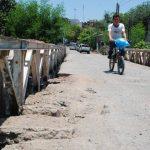Diariamente centenares de vecinos cruzan la estructura a pie y en vehículo. Ellos temen quedar incomunicados durante el próximo invierno. Foto EDH / Insy Mendoza