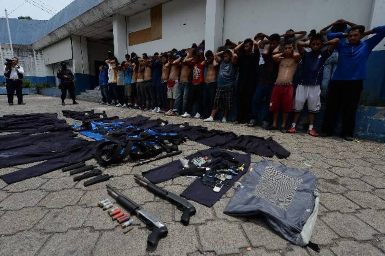Las autoridades informaron que los delincuentes deberán responder por tenencia y portación ilegal de armas; también por uso prohibido de uniformes policiales. Fotos EDH / Jaime Anaya