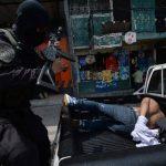 El sospechoso de matar a un policía fue detenido cuando intentó escapar de la PNC, ayer por la mañana. Fotos EDH / Jaime Anaya