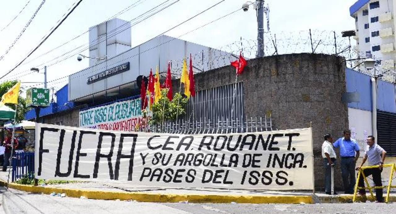 Miembros del sindicato de trabajadores cerraron ayer las oficinas administrativas.