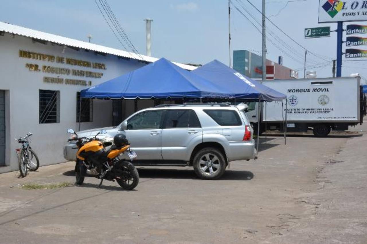 IML ha improvisado una sala de espera y colocó la morgue móvil en parqueo externo Usulután.