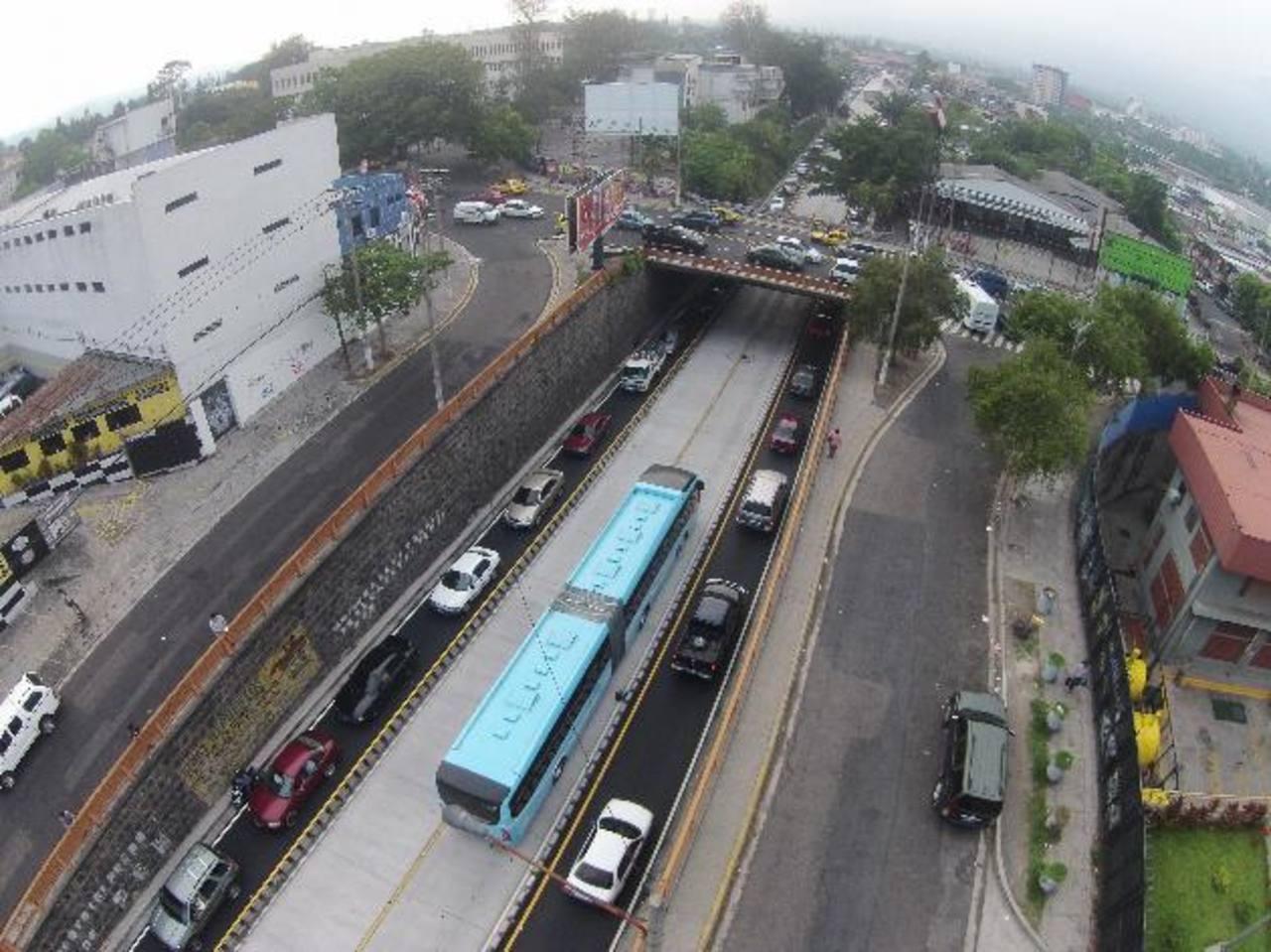 Según los buseros, el Gobierno ha entregado obras públicas a dos empresas privadas. —Foto EDH/Raúl Benítez