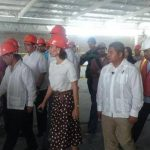El vicepresidente Óscar Ortiz, autoridades municipales y representantes de Walmart realizaron un recorrido por la construcción del nuevo supermercado en San Miguel.