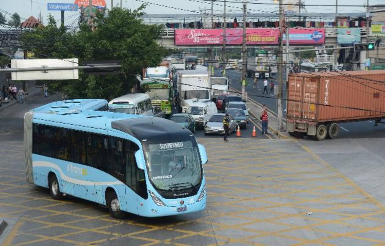 El giro del bus articulado del Sitramss frente a los centros comerciales de Soyapango paraliza el tráfico en la zona. Foto EDH/ Douglas Urquilla
