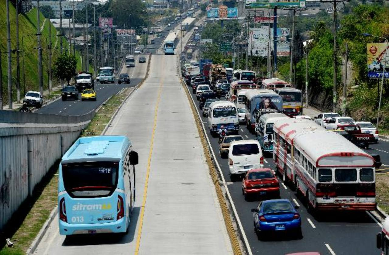 Mientras los buses del Sitramss circulan sin problema, los particulares tienen que lidiar a diario con el tráfico pesado.