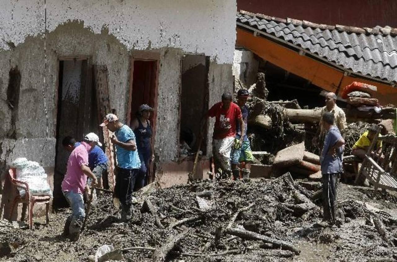 Habitantes y rescatistas buscan cuerpos de víctimas de una inundación ocasionada por la quebrada Liboriana en el municipio de Salgar, Colombia.