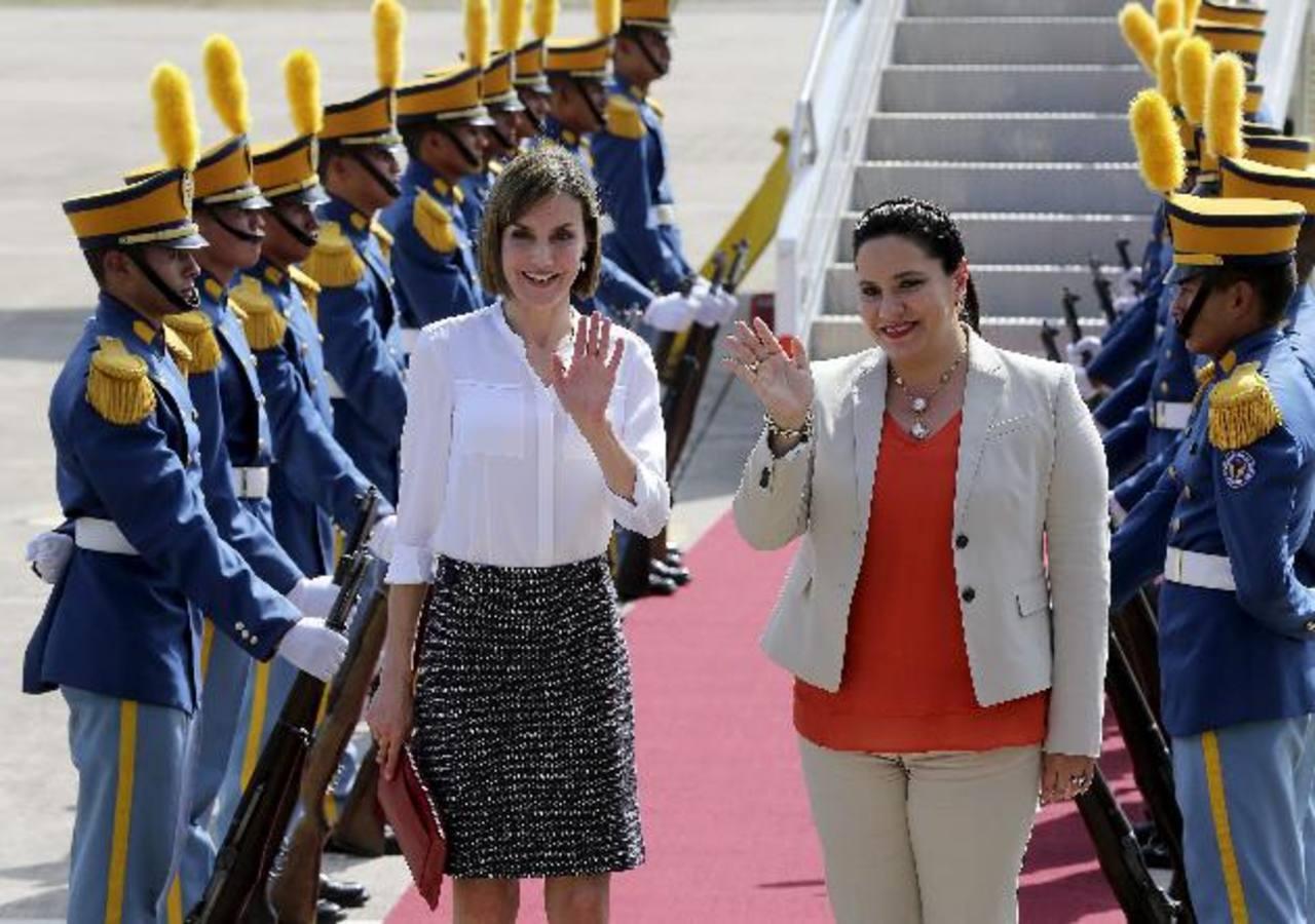A su llegada a Honduras, la reina Letizia fue recibida por la primera dama de esa nación, Ana Rosalinda García.