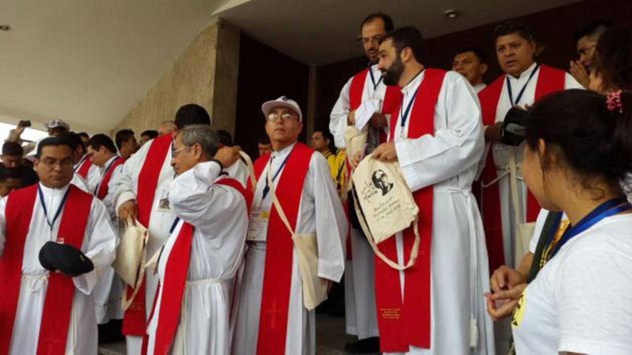 Los sacerdotes de todas las diócesis de El Salvador y del extranjero recibieron una estola bordada para participar en la beatificación de monseñor Romero.