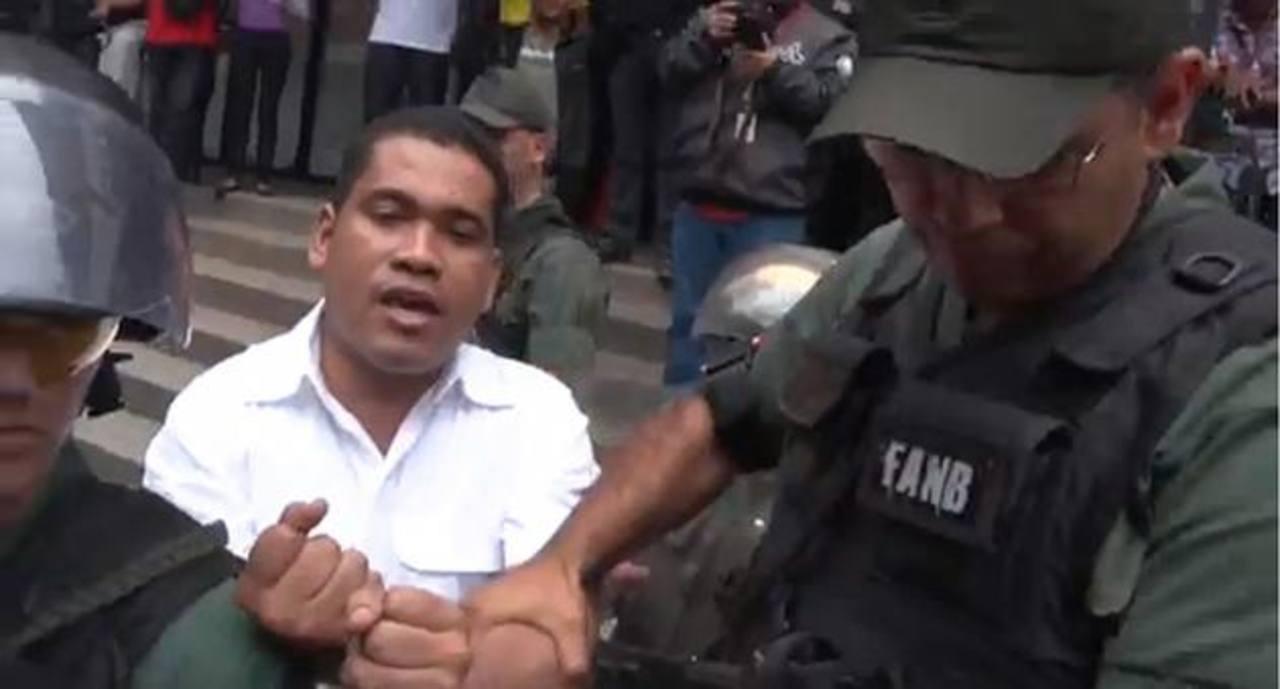 El presidente de 6to Poder, Leocenis García (iz), está detenido desde el 22 de marzo pasado, acusado de legitimación de capitales y de otros delitos. foto edh /noticias24.com