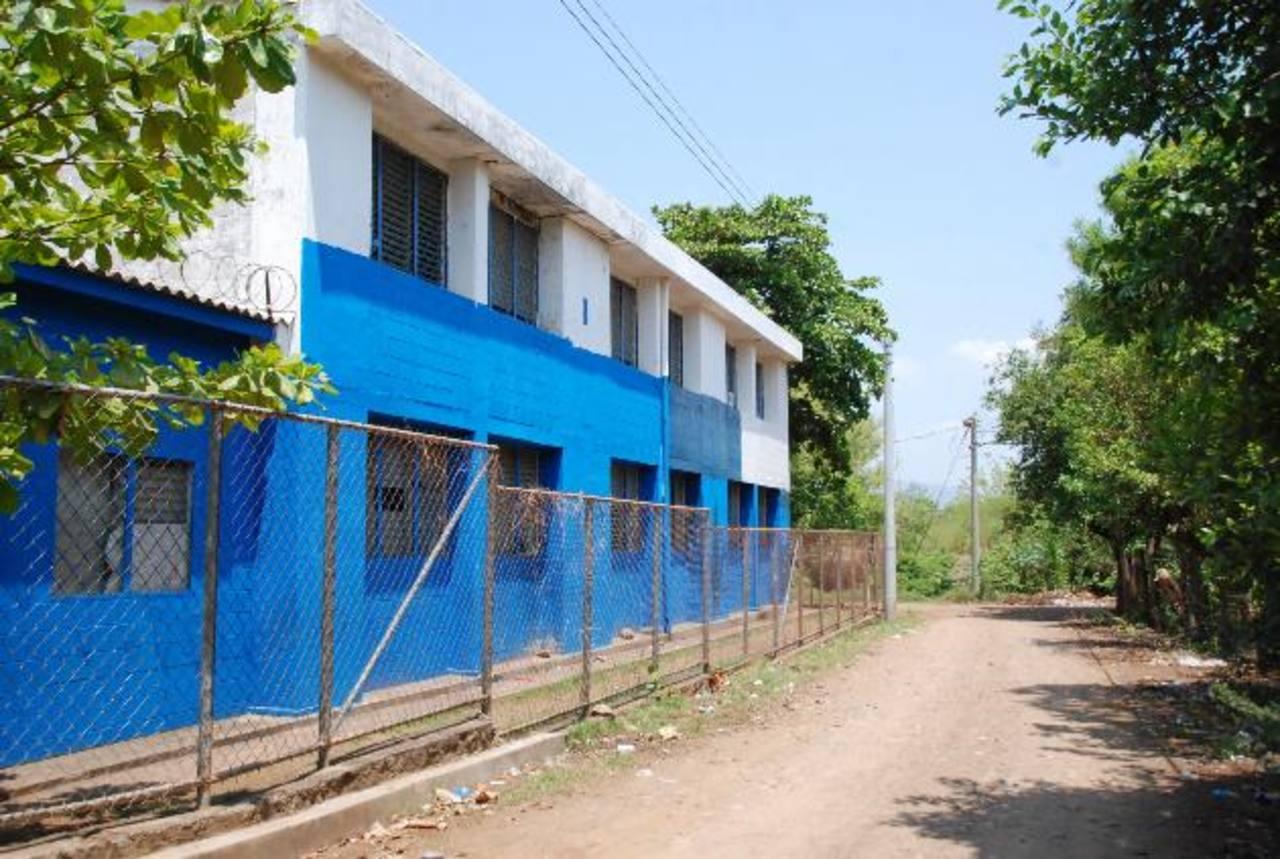 El terreno frente a la escuela es de los padres.