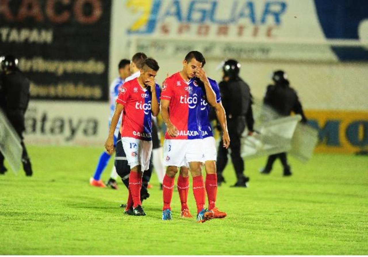 Los tigrillos Xaxi García (3) y Jairo Henríquez (izq.) abandonan tristes el campo, tras la eliminación ante Metapán. Foto EDH