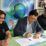 Roberto González, gerente de Delsur (centro). Foto cortesía