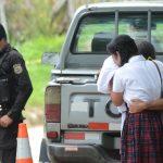 Mujeres observan el lugar donde dos pandilleros murieron en enfrentamiento con policías, en Ilobasco. Las autoridades decomisaron dos armas de fuego en al escena. Foto EDH / Douglas Urquilla.