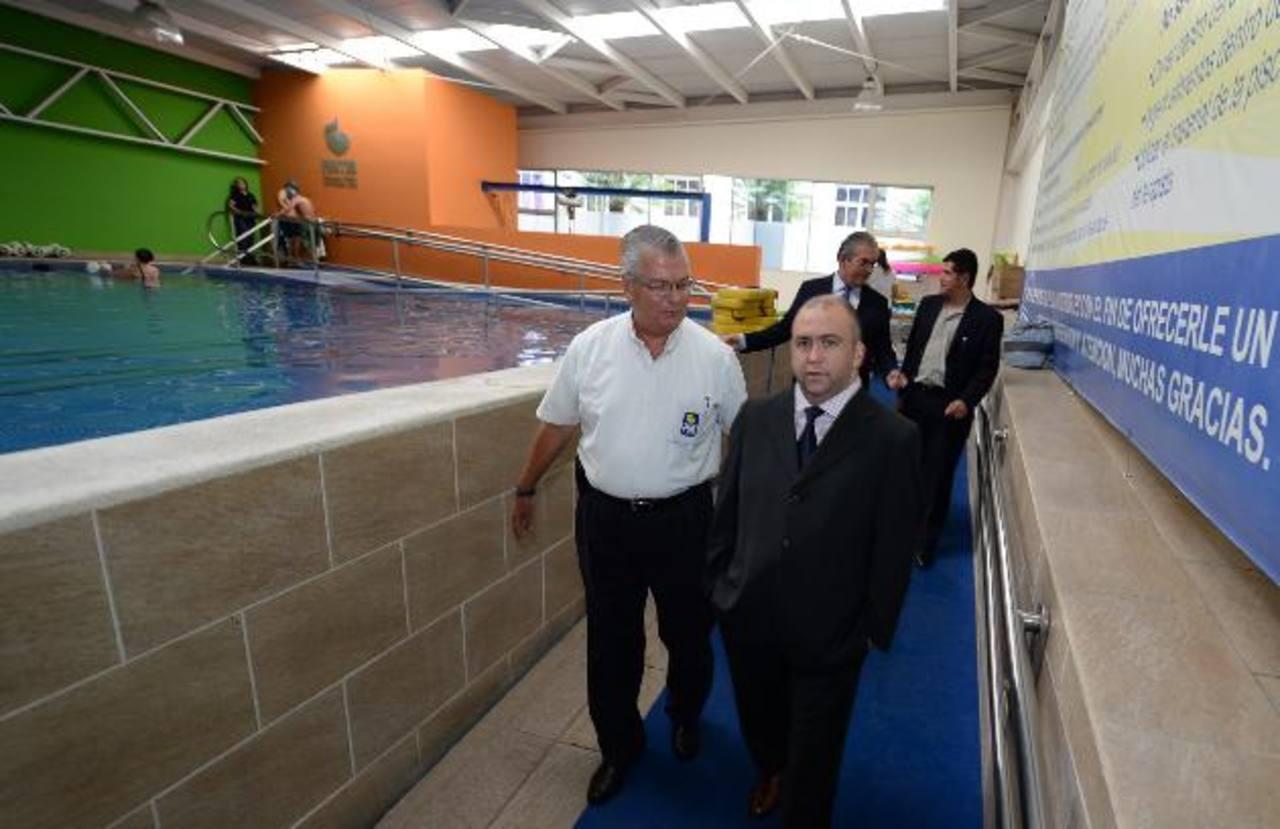El director ejecutivo de Funter, Alberto Morales, y Marcelo Alemán, CEO de Tigo, durante un recorrido. Foto EDH / René estrada