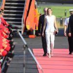 La reina Letizia fue recibida ayer, en el aeropuerto, por el viceministro de Cooperación, Jaime Miranda. fotos edh /Mauricio Cáceres