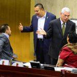 Rodolfo Parker, del PDC, conversa con la legisladora Lorena Peña, del FMLN, en la sesión de ayer. foto edh / jorge reyes