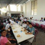 Fieles de la parroquia de Mejicanos atendieron con platos típicos a peregrinos. Foto EDH / L. M.