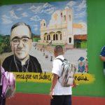 Jóvenes estudiantes observan un mural con la imagen de Romero en Ciudad Barrios, San Miguel. Fotos EDH / Douglas Urquilla