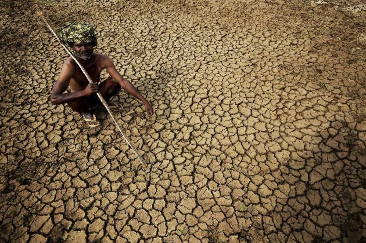Un granjero se sienta en su tierra seca, en la localidad de Gauribidanur, en el distrito de Doddaballapur, India. Foto EDH / efe