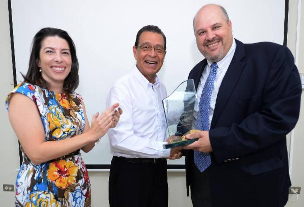 Ing. Francisco Sandoval (centro), presidente D&D, recibe el reconocimiento. Foto EDH/ Huber Rosales