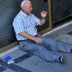 Empresario ayudará a hombre que lloró frente a un banco en Grecia